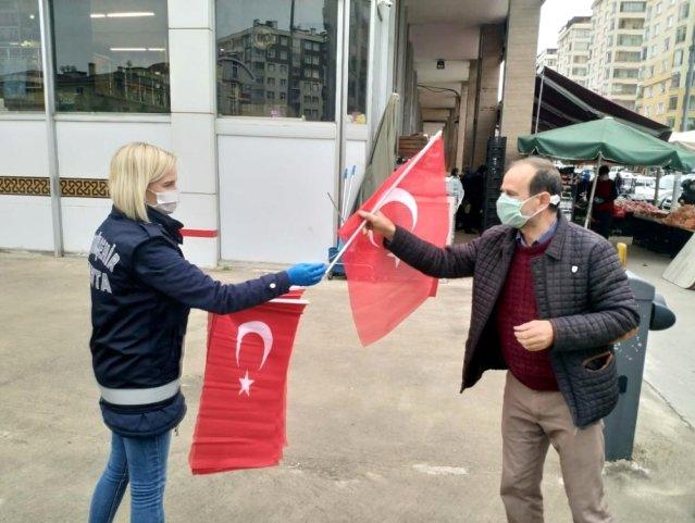 Trabzon Büyükşehir Belediyesi 23 Nisan öncesi Türk bayrağı dağıttı
