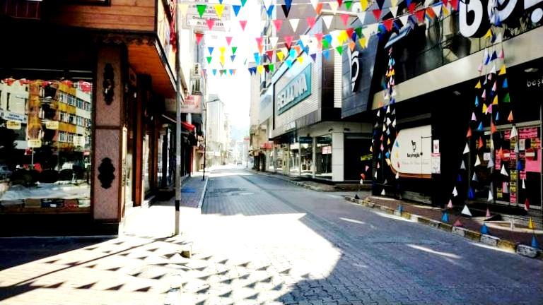 Kısıtlamanın son gününde Araklı'da sokaklar boş kaldı