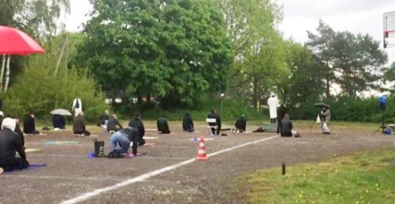 Almanya'da sokakta sosyal mesafeli Cuma namazı kılındı.