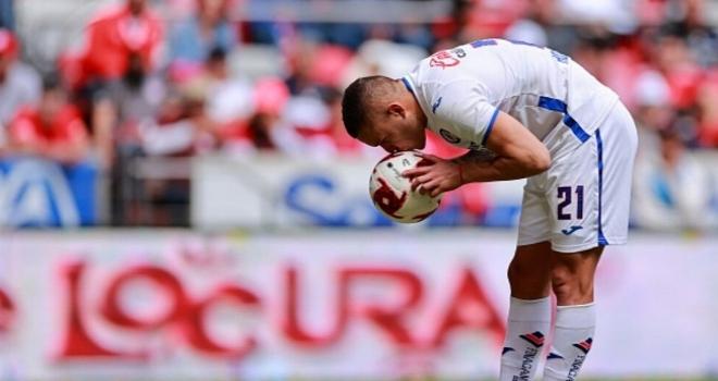 Futbolcuların topu öpmesi yasaklandı