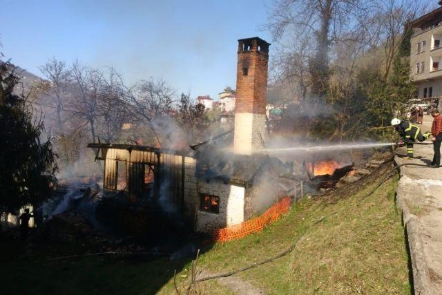 Araklı'da çıkan yangında ev kullanılmaz hale geldi