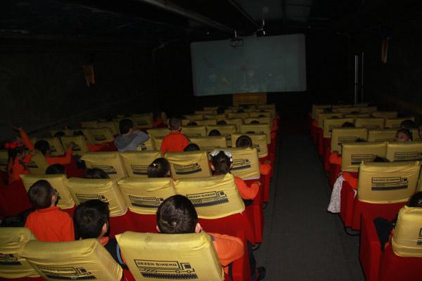 Araklı'da çocukların sinema keyfi