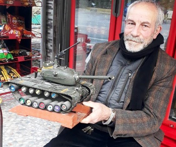Askerlik hatırası tankı dükkanında sergiliyor