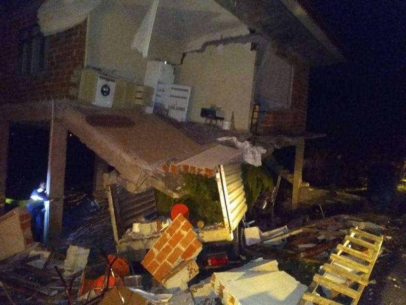Zanike'de eve kamyon çarptı