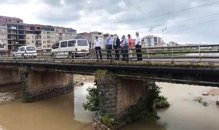 Araklı'da eski köprü yıkılıyor